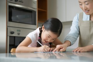 girl drawing asian mother 03B68501